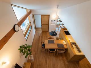 プライバシーが守られた2階リビング。そこは、心落ち着く隠れ家のような場所 モダンデザインの ダイニング の 加藤淳一級建築士事務所 モダン
