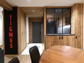 Appartement vieux bois Tignes Couloir, entrée, escaliers modernes par DAI Création Moderne