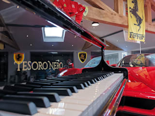 Black Self-playing Baby Grand Piano por Tesoro Nero Piano Company Moderno