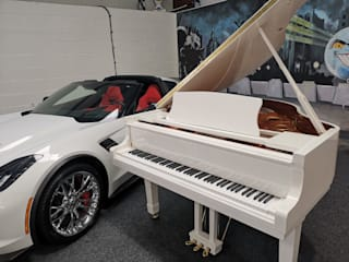 White Self-playing Baby Grand Piano por Tesoro Nero Piano Company Moderno