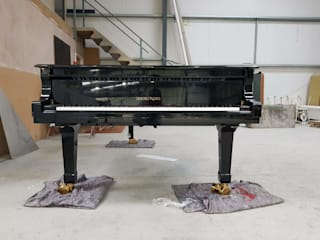 Black Self-playing Concert Grand Piano por Tesoro Nero Piano Company Moderno
