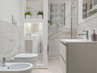 Luca Bucciantini Architettura d' interni Baños de estilo minimalista Madera Blanco