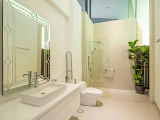 Guest Bathroom Tropical style bathroom by MJ Kanny Architect Tropical