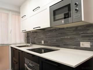 Cocina pequeña en madera blanca y negra de Suarco Clásico
