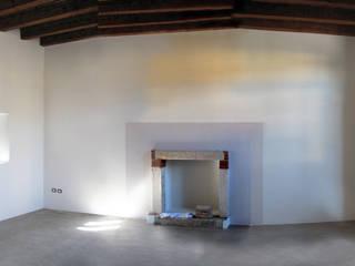 Ri-abitare la campagna studiolineacurvarchitetti Soggiorno in stile rustico Pietra Beige