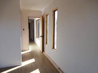 Pasillos, vestíbulos y escaleras de estilo moderno de AtelierStudio Moderno