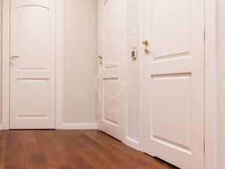Corredores, halls e escadas clássicos por Roble Clássico