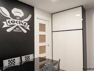 Cocinas modernas blancas en forma de L con negro y encimera de cocina dekton de Suarco Moderno