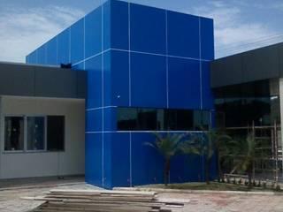 Revestimento em ACM e Esquadrias do Tipo Pele de vidro e Linha Gold IV Alcoa® Concessionárias modernas por AlumiGlass Indústria de Esquadrias Especiais Moderno