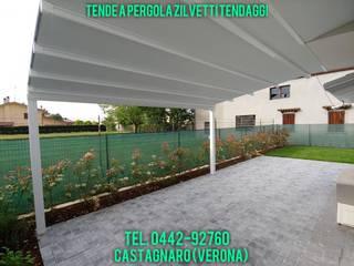 Tenda a pergola addossata in giardino senza compromessi di Zilvetti Tendaggi Moderno