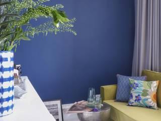 Яркая квартира с французским акцентом Гостиные в эклектичном стиле от Студия дизайна M I S U R A Эклектичный