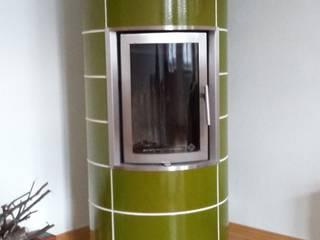 Kleinspeicherofen mit grüner Keramik: modern  von Masuch GmbH, Kamin- und Ofenbau,Modern