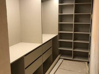 Fabricación y instalación de vestidor abierto con iluminacion led de Fendy Design Moderno