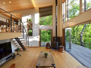 大きな栗の木の下の家 鎌田建築設計室 ラスティックデザインの リビング