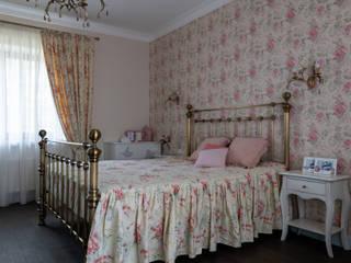 Загородный дом в английском стиле Спальня в классическом стиле от Indigo Design Классический