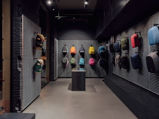 CATBAG concept store of urban backpacks in Barcelona od Studioapart Interior & Product design Barcelona Minimalistyczny
