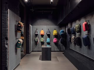 CATBAG concept store of urban backpacks in Barcelona Studioapart Interior & Product design Barcelona Locaux commerciaux & Magasin minimalistes Bois composite Gris