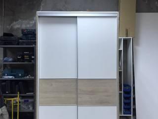 Fabricación de vestidor cerrado con puerta corredera de Fendy Design Moderno