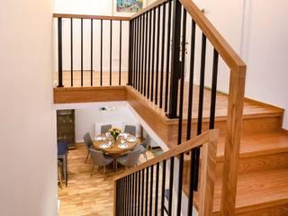 Skandynawska elegancja w Rzeszowie Nowoczesny korytarz, przedpokój i schody od Viva Design - projektowanie wnętrz Nowoczesny