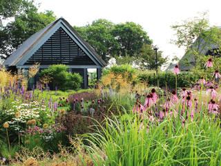 Country style garden by Peter van der velden Exclusieve Buitenruimtes Country