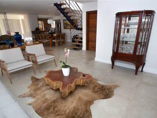 Residencia Cotia Salas de estar rústicas por Palladino Arquitetura Rústico