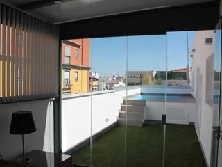 Ático con techo fijo y cortinas de cristal Balcones y terrazas de estilo minimalista de Kauma Minimalista