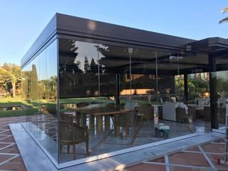 Pérgola bioclimática para comedor de verano Jardines de estilo mediterráneo de Kauma Mediterráneo