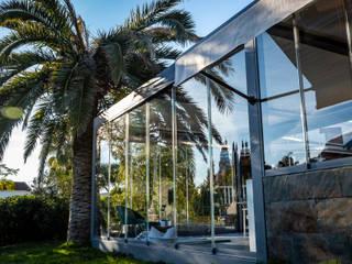 Pérgola bioclimática y cortinas de cristal para cocina y comedor de verano Balcones y terrazas de estilo moderno de Kauma Moderno