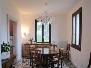 Ristrutturazione appartamento anni '50 Studio Dalla Vecchia Architetti Sala da pranzo in stile classico Variopinto