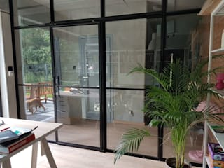 Steel Sliding office separation door and screen. por Urban Steel Designs Moderno