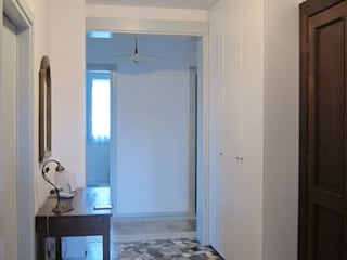 Hành lang, sảnh & cầu thang phong cách kinh điển bởi Studio Dalla Vecchia Architetti Kinh điển