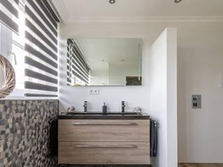 Badkamer met een speelse twist van mozaïek: modern  door Maxaro, Modern