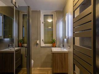 Donkere badkamer met visgraat tegelvloer: modern  door Maxaro, Modern