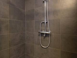 Donkere badkamer met visgraat tegelvloer van Maxaro Industrieel