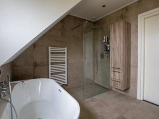 Natuursteenlook badkamer met halfvrijstaand bad: modern  door Maxaro, Modern