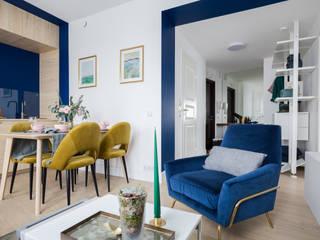 Дизайн интерьера однокомнатной квартиры 49 кв.м. в ЖК Skandi Klubb в эклектичном стиле: The Blue it is! Или вдохновение Балтийским морем Гостиные в эклектичном стиле от US Interiors, Студия дизайна интерьеров Ульяны Скапцовой Эклектичный