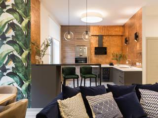Дизайн интерьера трехкомнатной квартиры в клубном доме «Дворцовая Слобода»: бананы и джунгли в сердце Петербурга Кухня в тропическом стиле от US Interiors, Студия дизайна интерьеров Ульяны Скапцовой Тропический