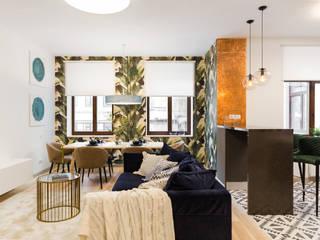 Дизайн интерьера трехкомнатной квартиры в клубном доме «Дворцовая Слобода»: бананы и джунгли в сердце Петербурга Гостиная в тропическом стиле от US Interiors, Студия дизайна интерьеров Ульяны Скапцовой Тропический
