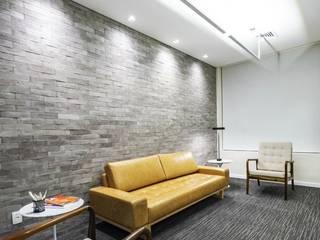 Modern style study/office by DUTRA CONSTRUÇÕES E ENGENHARIA Modern