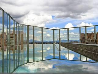 Hotel BOG - Año 2012 Balcones y terrazas de estilo moderno de Laminados y Blindados Moderno