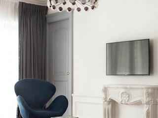 Sophisticated French interiors -A flair of pared back, refined yet effortless.... Modern living room by JC Vision Modern