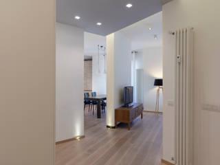 Pasillos, vestíbulos y escaleras modernos de MAMESTUDIO Moderno