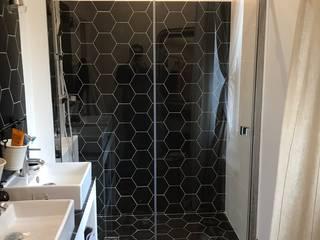 Rénovation d'une salle d'eau parentale en région parisienne LA MAISON DES TRAVAUX PARIS 17ème - E.A. COURTAGE Salle de bain moderne