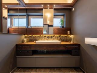 Gold Mosaic Vivante Baños de estilo moderno Gris