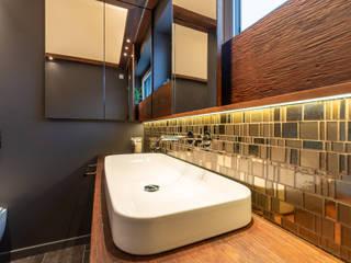 Gold Mosaic Vivante Banheiros modernos Cinza