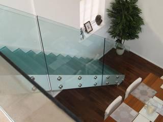 Glass staircase モダンスタイルの 玄関&廊下&階段 の Ion Glass モダン