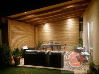 Terraza con cortavistas en muros e iluminación led Balcones y terrazas modernos de Olmos y Quintanilla Construcciones SPA Moderno
