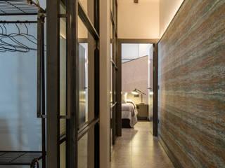 Decoración interior y Reforma integral de Piso de 80m2 en Triana Sevilla, para alquiler vacacional Pasillos, vestíbulos y escaleras de estilo industrial de Antonio Calzado 'NEUTTRO' Diseño Interior Industrial