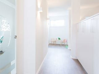 Skapetze Lichtmacher Modern corridor, hallway & stairs Metal White