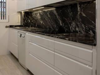 Cocina blanca con granito sensa Black Beauty de Suarco Moderno